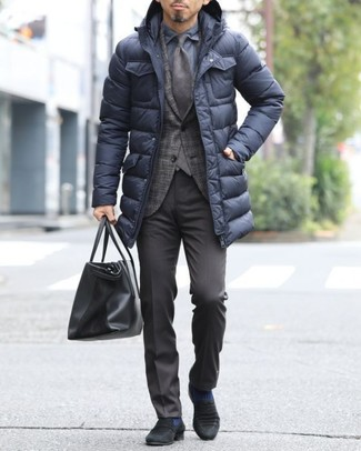 Cómo combinar: abrigo de plumón negro, blazer de tartán en marrón oscuro, camisa de vestir azul marino, pantalón de vestir en marrón oscuro