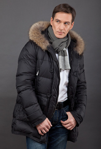 Cómo combinar: abrigo de plumón negro, camiseta con cuello circular blanca, vaqueros azul marino, bufanda en gris oscuro