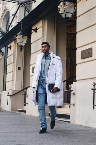 Cómo combinar: abrigo de plumón blanco, chaqueta vaquera celeste, camisa vaquera celeste, vaqueros azules