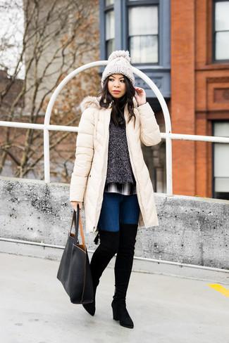 Cómo combinar: abrigo de plumón en beige, jersey con cuello circular en gris oscuro, camisa de vestir de tartán en blanco y negro, vaqueros pitillo azul marino