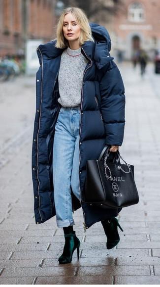 Cómo combinar: abrigo de plumón azul marino, jersey con cuello circular gris, vaqueros celestes, botines de terciopelo verde oscuro