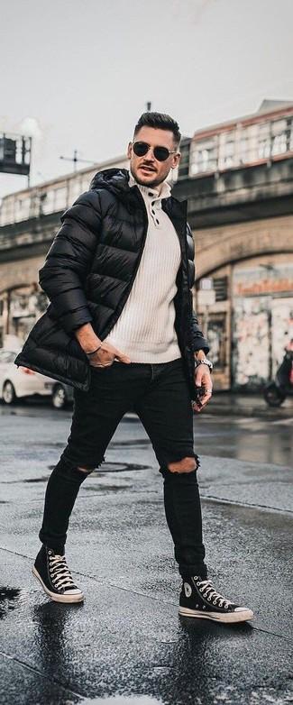 Cómo combinar: abrigo de plumón negro, jersey con cuello henley en beige, vaqueros pitillo desgastados negros, zapatillas altas de lona en negro y blanco
