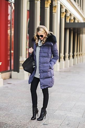 Cómo combinar: abrigo de plumón azul marino, jersey con cuello vuelto holgado gris, vaqueros pitillo negros, botines de cuero negros