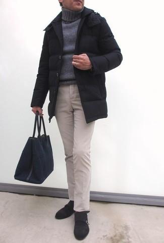 Cómo combinar: abrigo de plumón negro, jersey de cuello alto de punto gris, pantalón chino en beige, zapatos con doble hebilla de ante en marrón oscuro