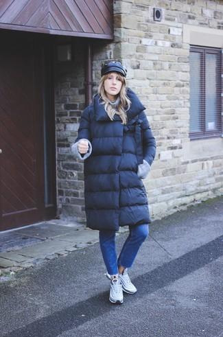 Cómo combinar: abrigo de plumón negro, jersey de cuello alto de punto gris, vaqueros azules, deportivas grises