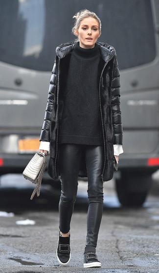 Cómo combinar: abrigo de plumón negro, jersey oversized de punto negro, camisa de vestir blanca, pantalones pitillo de cuero negros
