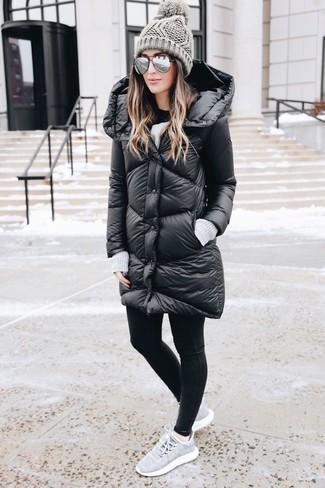 Cómo combinar: abrigo de plumón negro, leggings negros, deportivas grises, gorro de punto gris