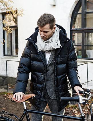 Cómo combinar: abrigo de plumón negro, traje de lana en gris oscuro, camisa de vestir blanca, bufanda gris
