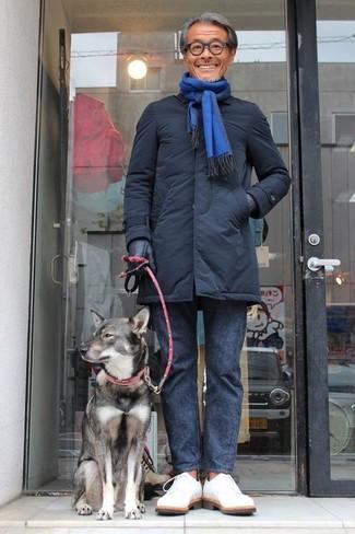 Cómo combinar: abrigo de plumón negro, pantalón chino en gris oscuro, zapatos derby de ante blancos, bufanda azul