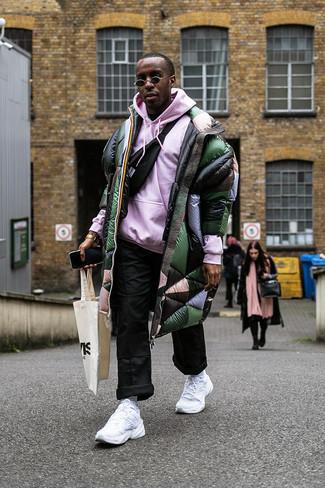 Cómo combinar: abrigo de plumón verde oscuro, sudadera con capucha rosada, pantalón chino negro, riñonera negra