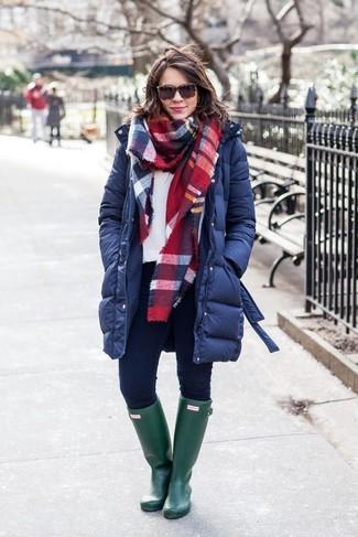 Cómo combinar: abrigo de plumón azul marino, sudadera blanca, vaqueros pitillo azul marino, botas de lluvia verde oscuro