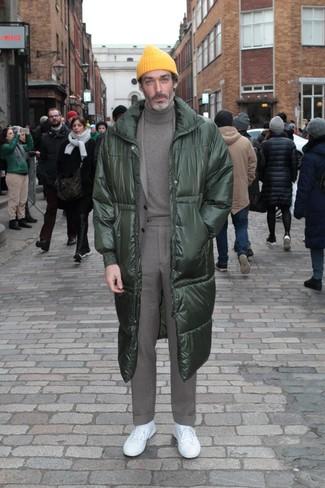Cómo combinar: abrigo de plumón verde oscuro, traje gris, jersey de cuello alto gris, tenis blancos