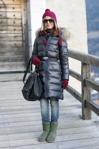 Cómo combinar: abrigo de plumón negro, vaqueros pitillo desgastados azules, botas ugg verdes, mochila de cuero negra