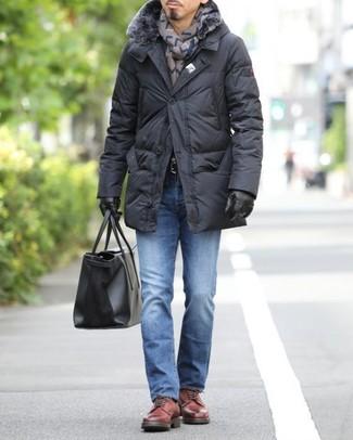 Cómo combinar: abrigo de plumón negro, vaqueros azules, zapatos derby de cuero rojos, bolsa tote de cuero negra