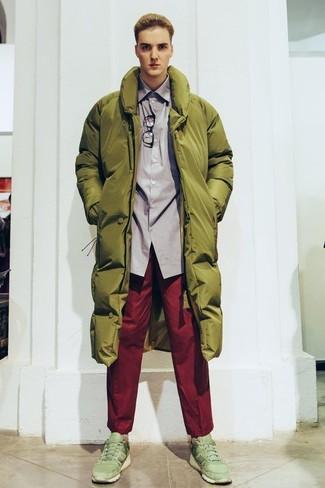 Cómo combinar: abrigo de plumón verde oliva, camisa de manga larga gris, pantalón chino rojo, deportivas verde oliva