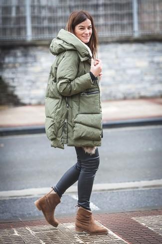 Cómo combinar: abrigo de plumón verde oliva, vaqueros pitillo de cuero negros, botas ugg marrónes