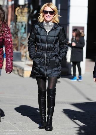 Cómo combinar: abrigo de plumón negro, vestido casual a cuadros en blanco y negro, botas sobre la rodilla de cuero negras, gafas de sol negras