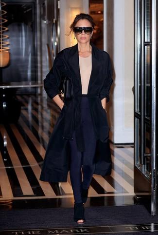 Cómo combinar: abrigo duster negro, camiseta con cuello circular en beige, leggings azul marino, botines de ante con recorte negros
