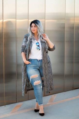 Cómo combinar: abrigo duster de encaje gris, camiseta con cuello en v blanca, vaqueros pitillo desgastados azules, zapatos de tacón de ante negros