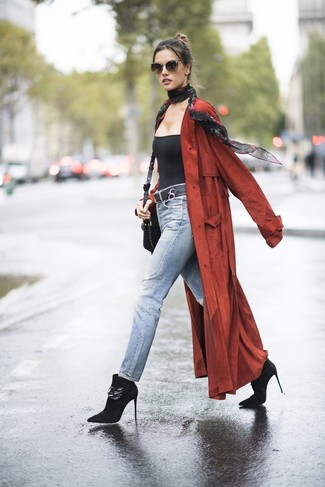 Cómo combinar: abrigo duster rojo, camiseta sin manga negra, vaqueros celestes, botines de ante negros