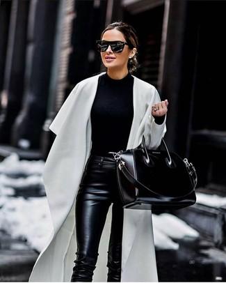 Cómo combinar: abrigo duster blanco, jersey con cuello circular negro, pantalones pitillo de cuero negros, bolsa tote de cuero negra