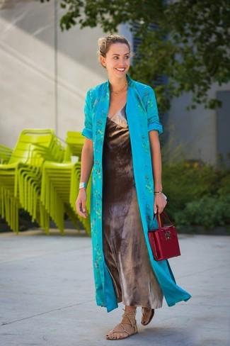 Cómo combinar: abrigo duster en turquesa, vestido largo plateado, sandalias romanas de cuero en beige, bolso de hombre de cuero burdeos