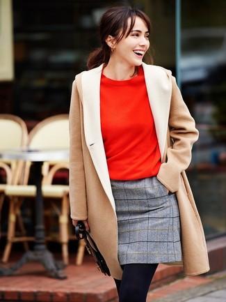 Cómo combinar: abrigo en beige, sudadera roja, minifalda de lana a cuadros gris, medias de lana negras