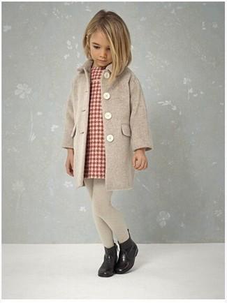 Cómo combinar: abrigo en beige, vestido de tartán rojo, botas de lluvia negras, medias en beige