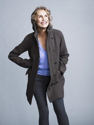 Cómo combinar: abrigo en gris oscuro, cárdigan violeta claro, leggings en gris oscuro