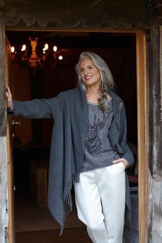 Cómo combinar: abrigo en gris oscuro, jersey con cuello circular estampado en gris oscuro, pantalones anchos blancos, broche dorado