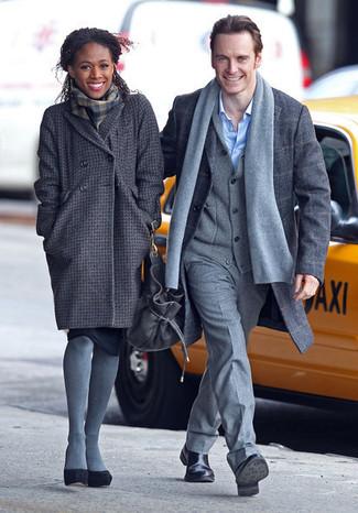 Cómo combinar: abrigo a cuadros en gris oscuro, zapatos de tacón de ante negros, bufanda de tartán en gris oscuro, medias de lana grises