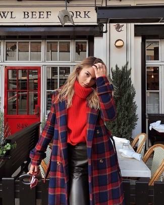 Cómo combinar: abrigo de tartán en rojo y azul marino, jersey de cuello alto de punto rojo, falda lápiz de cuero negra, gafas de sol rojas