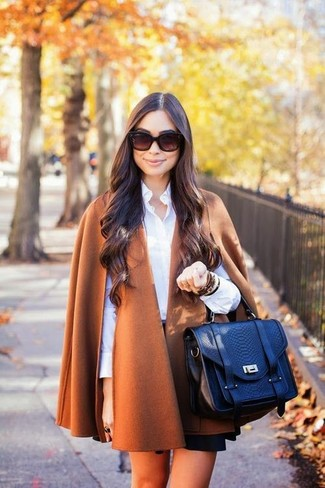 Cómo combinar: abrigo en tabaco, camisa de vestir blanca, falda skater negra, bolso de hombre de cuero azul marino
