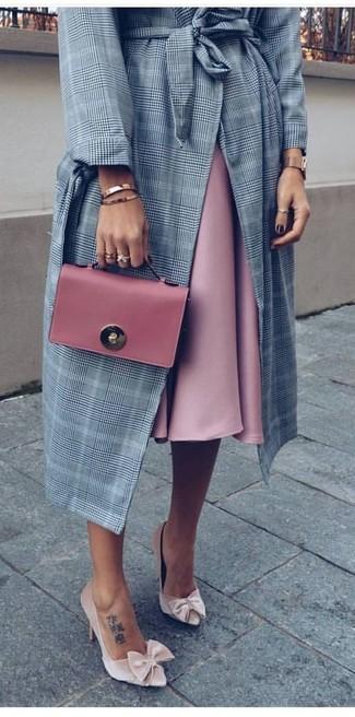 Cómo combinar: abrigo de tartán gris, falda campana rosada, zapatos de tacón de terciopelo en beige, cartera sobre de cuero rosada