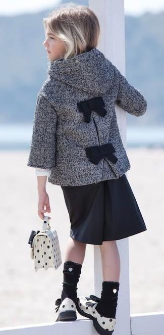 Cómo combinar: abrigo gris, falda negra, sandalias de cuero blancas, bolso blanco