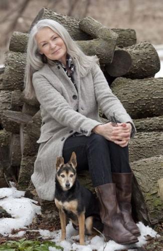 Cómo combinar: abrigo gris, camisa de vestir a cuadros en negro y blanco, vaqueros negros, botas a media pierna de cuero en marrón oscuro