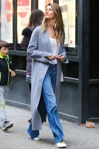Cómo combinar: abrigo gris, camiseta con cuello circular blanca, vaqueros de campana azules, tenis blancos