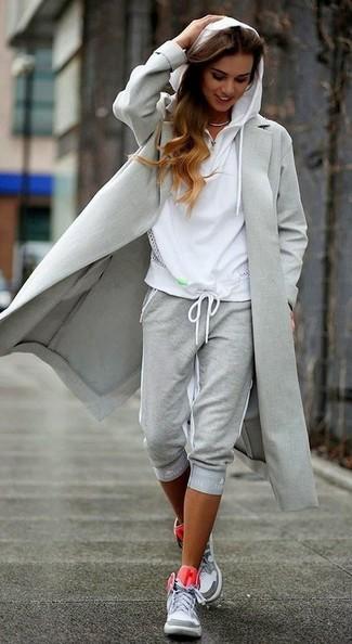 Cómo combinar: abrigo gris, sudadera con capucha blanca, pantalón de chándal gris, zapatillas altas grises