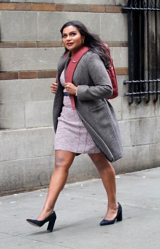 Cómo combinar: abrigo gris, vestido tubo de tweed rosado, zapatos de tacón de ante negros, mochila de lona roja