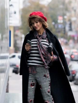 Cómo combinar: abrigo negro, jersey con cuello circular de rayas horizontales en blanco y negro, blusa de botones de cuadro vichy roja, pantalón de vestir de tartán gris