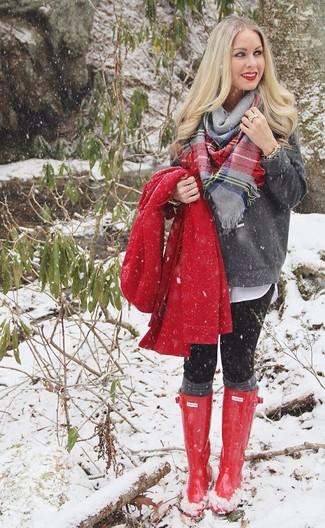 Cómo combinar: abrigo rojo, jersey con cuello circular en gris oscuro, blusa de botones blanca, leggings negros