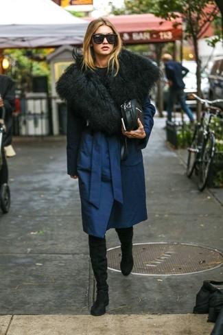Cómo combinar: abrigo azul marino, jersey con cuello circular negro, botas sobre la rodilla de ante negras, bolso bandolera de cuero negro