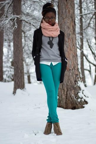 Un abrigo negro y una bufanda rosada son apropiados para eventos casuales y el día a día. Botines con cordones de ante marrónes son una opción inmejorable para completar este atuendo.