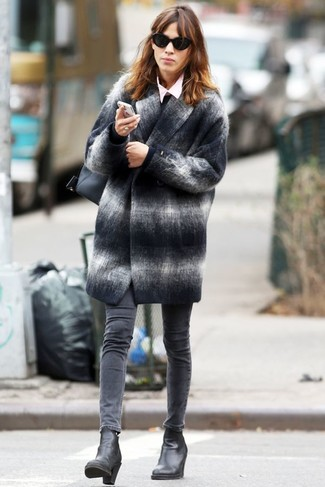 Cómo combinar: abrigo de tartán en gris oscuro, jersey con cuello circular negro, camisa de vestir rosada, vaqueros pitillo grises