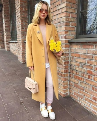 Cómo combinar: abrigo amarillo, jersey con cuello circular rosado, camiseta con cuello circular blanca, pantalón chino rosado