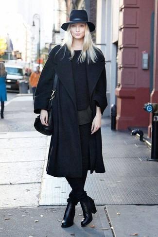 Cómo combinar: abrigo negro, jersey con cuello circular negro, camiseta con cuello circular negra, pantalones pitillo negros