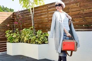 Cómo combinar: abrigo gris, jersey con cuello circular de rayas horizontales gris, falda lápiz gris, bolsa tote de cuero roja