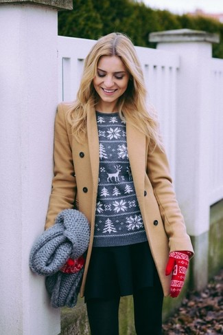 Cómo combinar: abrigo marrón claro, jersey con cuello circular de grecas alpinos gris, falda skater negra, guantes de lana de grecas alpinos rojos