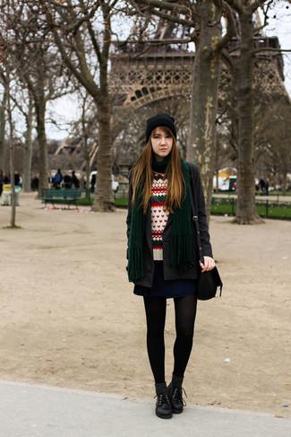 Cómo combinar: abrigo en gris oscuro, jersey con cuello circular de grecas alpinos blanco, falda skater azul marino, zapatos oxford de cuero negros