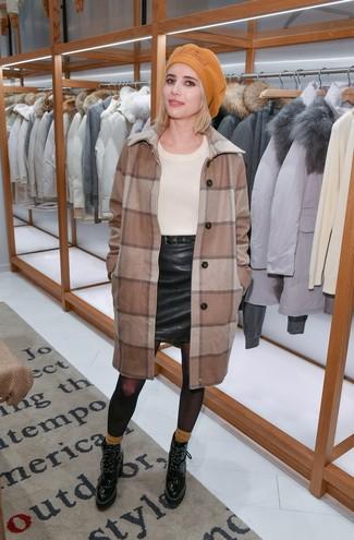 Cómo combinar: abrigo a cuadros marrón, jersey con cuello circular en beige, minifalda de cuero negra, botines con cordones de cuero negros